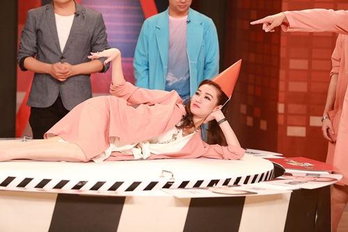 Khánh My mặc siêu gợi cảm đi ghi hình gameshow hài-14