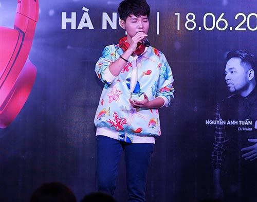"""Fan nữ Hà Nội lao lên sân khấu """"quậy"""" cùng Vũ Cát Tường-2"""