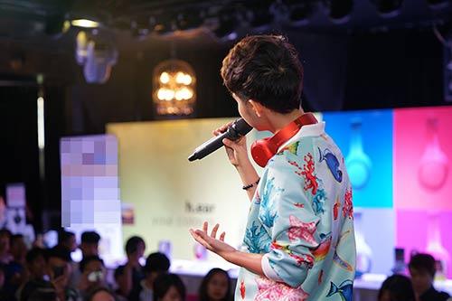"""Fan nữ Hà Nội lao lên sân khấu """"quậy"""" cùng Vũ Cát Tường-4"""