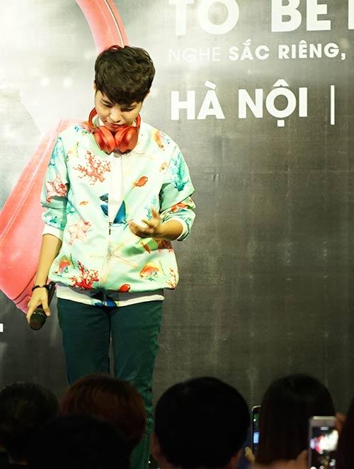 """Fan nữ Hà Nội lao lên sân khấu """"quậy"""" cùng Vũ Cát Tường-7"""