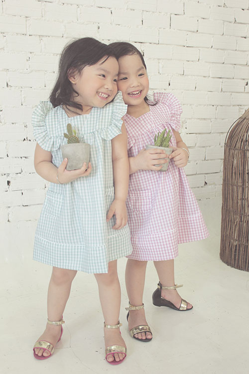 ngam hai co nang song sinh lun chun mac vay he tuyet xinh - 1