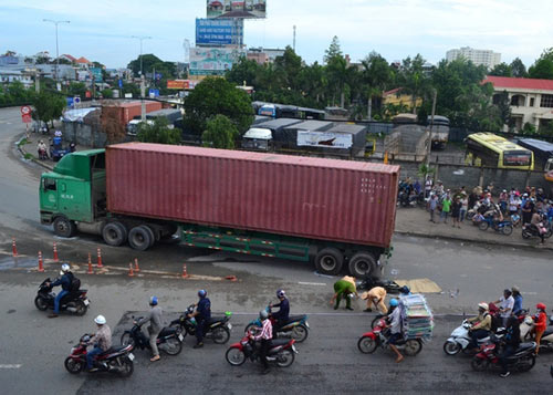 """xe container can chet co gai o vong xoay """"tu than"""" - 3"""
