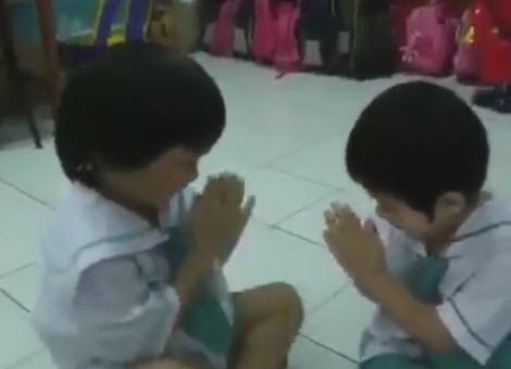 tre em thai lan bat dau ngay hoc bang viec om nhau - 1