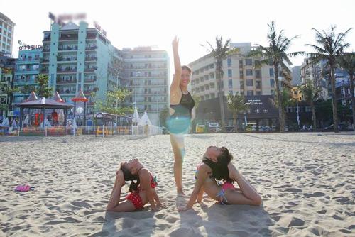 me viet so huu 2 co con gai gioi yoga khien nguoi lon cung than phuc - 12