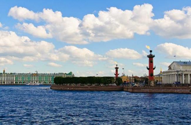 """Đảo Vasilyevsky, Liên Bang Nga  Là một hòn đảo nằm thuộc Liên Bang Nga có diện tích 10,9km2, với dân số 202.650 người. Hòn đảo này nằm ở St. Pete là một """"bộ sưu tập"""" của các tòa nhà của thế kỷ 18 và 19 với những căn hộ chung cư của Liên Xô nằm dọc theo Vịnh Phần Lan ở phía tây.  Ảnh: gadling"""