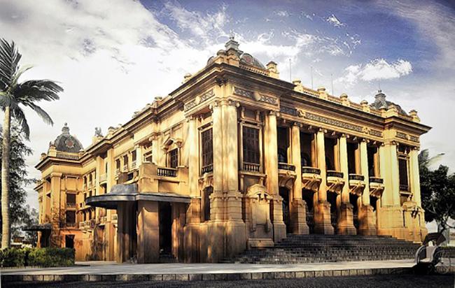 Nhà hát lớn Hà Nội  Nhà hát Lớn Hà Nội được xem là phiên bản của Opéra Garnier ở Paris nổi tiếng thé giới. Nhà Hát nằm ở số 1 Tràng Tiền, con phố trung tâm của thành phố.Công trình này được người Pháp khởi công xây dựng năm 1901 và hoàn thành năm 1911. Đây là một trong những địa điểm thăm quan nổi tiếng tại thủ đô.  Ngồi tại những bậc thềm hiên Nhà hát lớn nhất là vào những buổi tối, bạn có thể được nghe tiếng đàn ghi ta, tiếng hát sinh viên của các bạn trẻ, hay chỉ đơn giản là thưởng thức một que kem tràng tiền và ngắm dòng người qua lại.