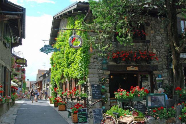 Làng Yvoire, Pháp: Ngôi làng Yvoire được xây dựng cách đây hơn 700 năm cạnh bờ hồ Geneva. Trải qua nhiều cuộc chiến tranh và thiên nhiên tàn phá nhưng ngôi làng vẫn giữ được những kiến trúc cổ như thời kỳ ban đầu. Tại đây, bạn có thể tìm thấy các lâu đài cổ hay bách bộ trên đường phố đá cuội, chiêm ngưỡng các công trình kiến trúc cổ và phong cảnh thiên nhiên.