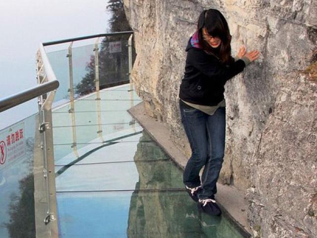Tình huống dở khóc, dở cười khi du khách băng qua cây cầu kính bắc qua núi ở Trung Quốc