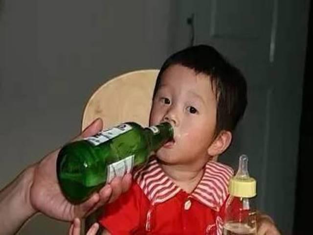 Bác sĩ lý giải nguyên nhân bé trai bị liệt chân vì ông nội chiều chuộng cho uống một ngụm bia