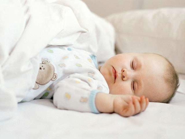 Tranh cãi trẻ sơ sinh không nên nằm điều hòa khi trời nóng và đây là lời giải đáp
