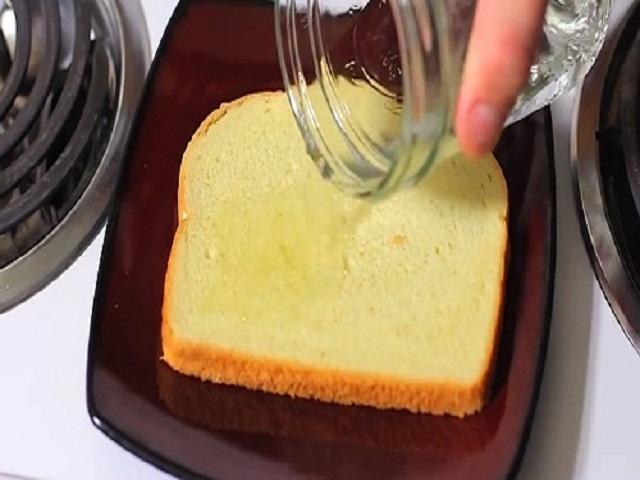 Chồng bất ngờ khi thấy vợ lãng phí đổ giấm lên bánh mỳ rồi lại vứt vào thùng rác, hóa ra...