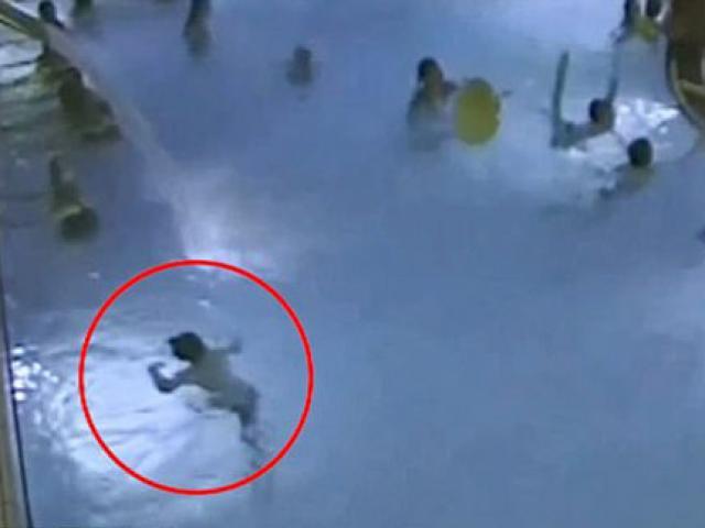 Bé 5 tuổi ngộp thở, vùng vẫy giữa bể bơi đông người hơn 4 phút nhưng không ai phát hiện ra