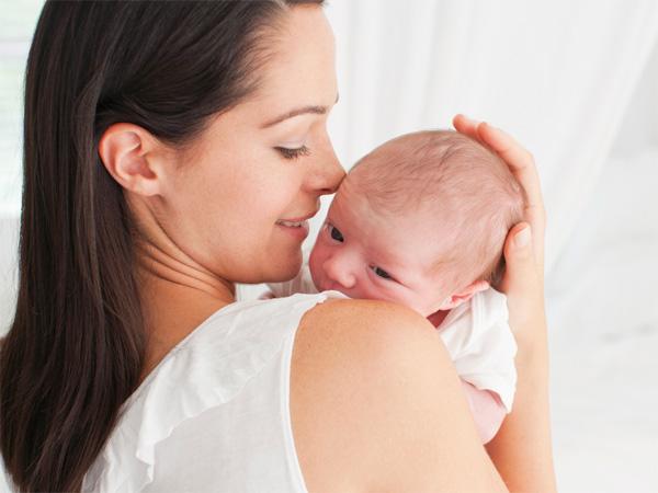 Cách bế trẻ sơ sinh CHUẨN NHẤT để xương sống bé không bị cong vẹo - 3
