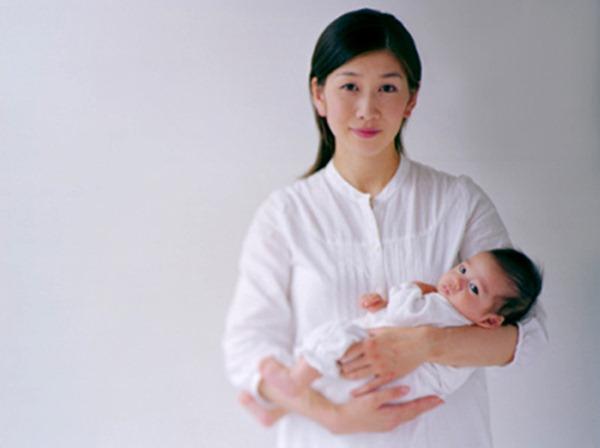 Cách bế trẻ sơ sinh CHUẨN NHẤT để xương sống bé không bị cong vẹo - 1