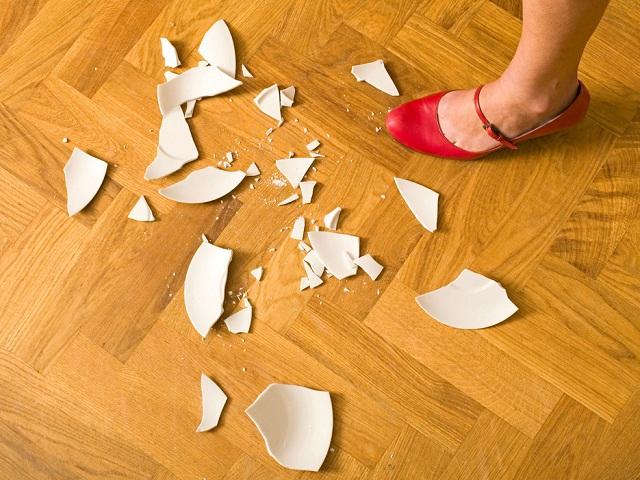 Vì sao mảnh bát vỡ, gương vỡ thì tuyệt đối không được vứt vào thùng rác?