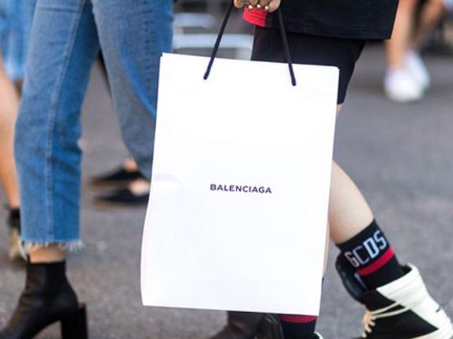 Balenciaga lại khiến dân tình ngã ngửa khi rao bán túi đựng đồ giá 25 triệu đồng