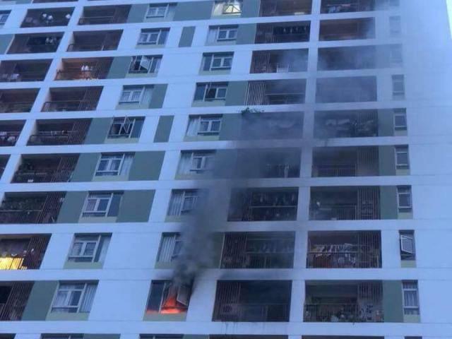 TPHCM: Cháy tại tầng 8 chung cư ParcSpring, cư dân vừa tháo chạy vừa la khóc