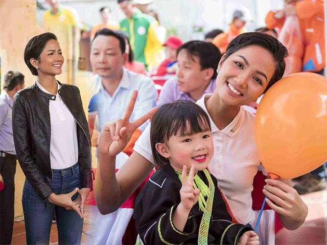 Hoa hậu HHen Niê ăn mặc giản dị, hăng say đi làm từ thiện