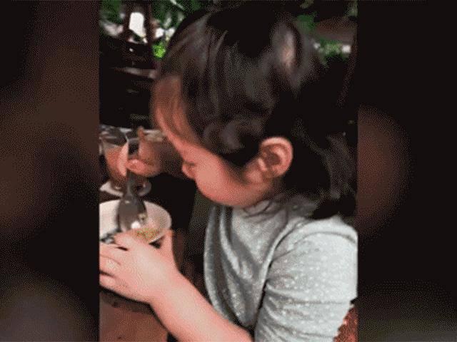 Không dọa Con phải ăn hết, đây là cách mẹ Elly Trần khiến Cadie ăn sạch phần cơm
