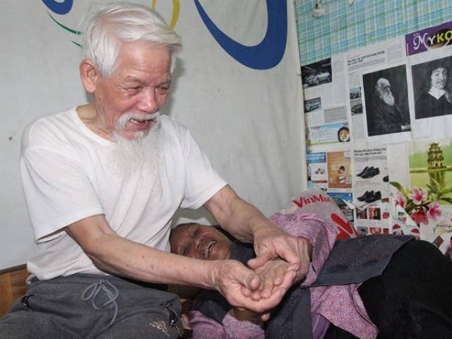 Cụ ông U80 4 năm đi nuôi vợ ở Hà Nội và câu chuyện tình yêu đáng ngưỡng mộ