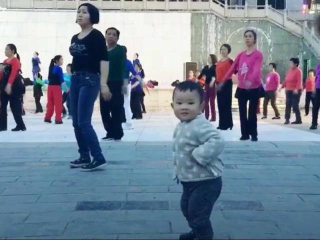 Em bé chăm chỉ thể dục giữ dáng bằng tất cả đam mê và nhiệt huyết ... tuổi trẻ