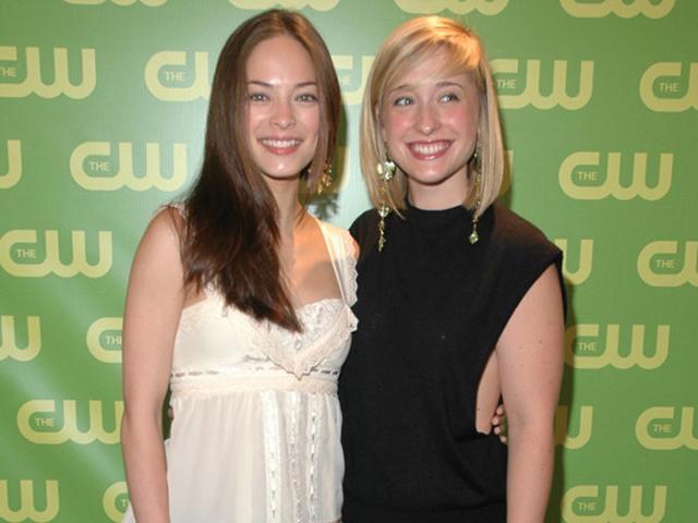 Giáo phái bí ẩn biến phụ nữ thành nô lệ tình dục, kiều nữ Smallville gia nhập