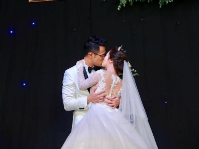 MC Đức Bảo cưỡng hôn 10 giây vợ trẻ trước hàng trăm quan khách VTV