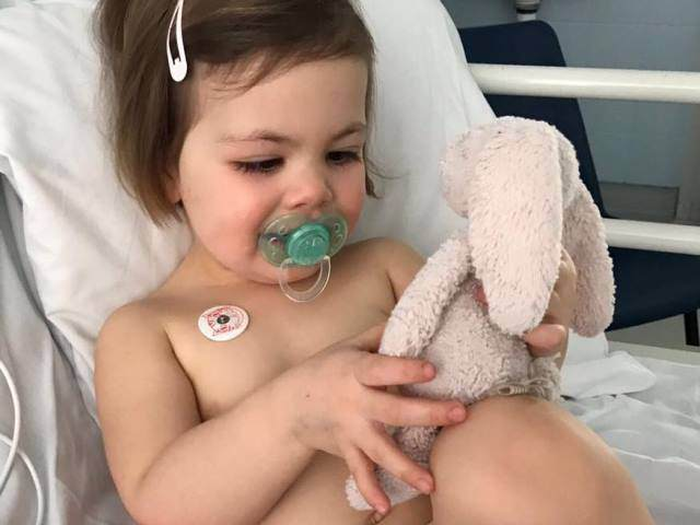 Từ vụ bé gái ngừng tim do hóc xúc xích, cha mẹ cần học gấp kỹ năng sơ cứu trẻ