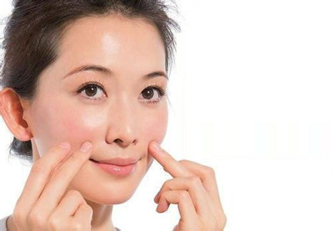 Mỗi ngày, bạn hãy dành 2 phút massage vùng da quanh miệng
