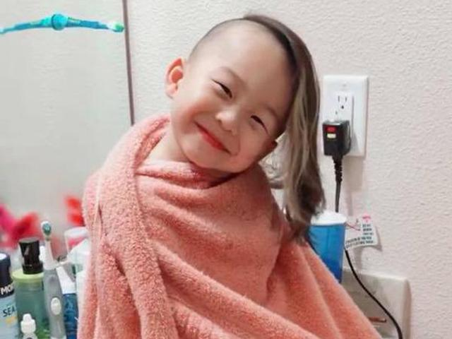 Lỡ làm mẹ giận, cậu bé tóc mây thể hiện tài dỗ dành khiến ai cũng phải yêu