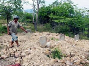 """Hàng chục ngôi mộ bị đào phá tan tành, """"trấn yểm"""" bằng... quần lót"""