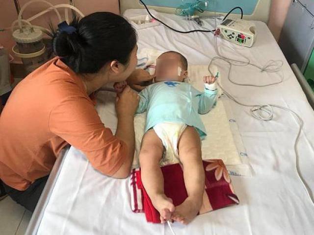 Bé gái 9 tháng tuổi tím tái, bại não sau mũi tiêm chữa viêm phổi của y sĩ trong làng