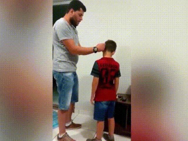 Biểu cảm của bé trai khiếm thính khi nghe thấy tiếng bố khiến nhiều người xúc động