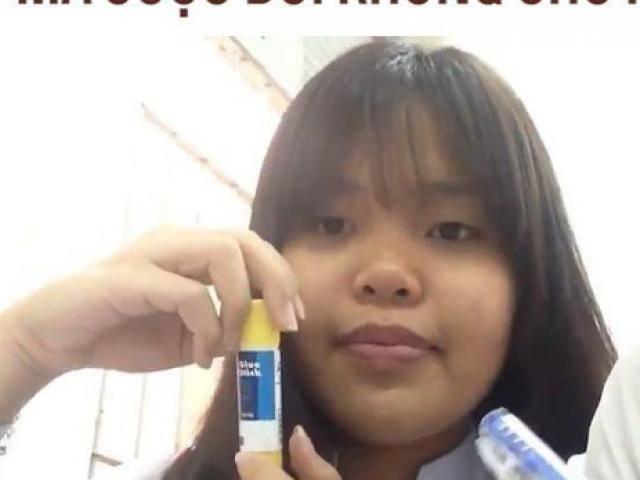 Cô bé đang tập tọe làm Beauty Blogger, ai ngờ bị cô giáo gọi đọc bài