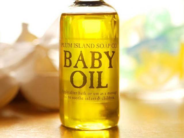 Những công dụng phụ siêu tuyệt vời của dầu em bé mà chưa ai nói với bạn
