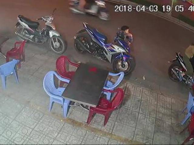 Không đụng tay đến ổ khóa, tên trộm vẫn cướp xe máy ngay trước mắt chủ nhân