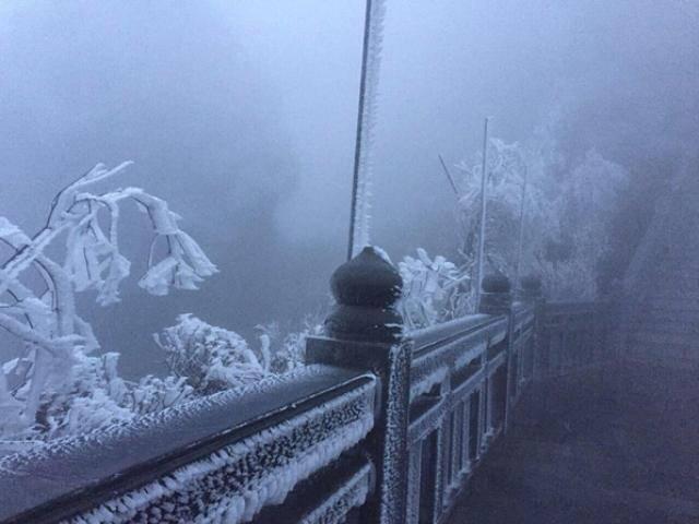 Sắp sang hè, Sapa xuống -2 độ C, đỉnh Fansipan bất ngờ xuất hiện băng tuyết