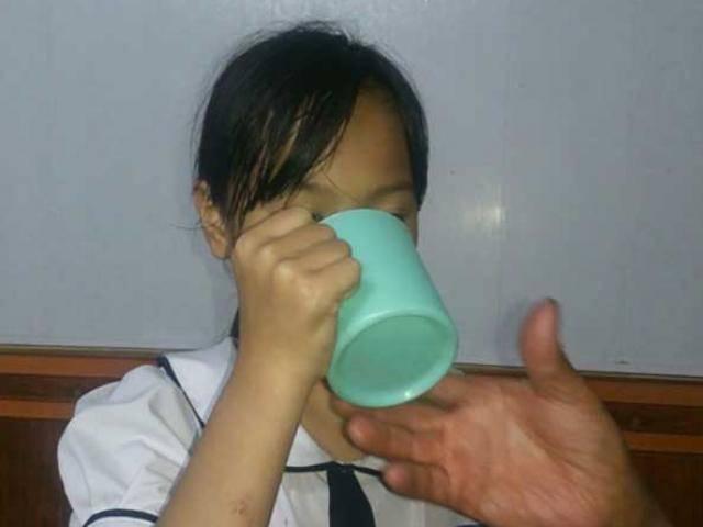 Mẹ cô giáo phạt học sinh uống nước giẻ lau bảng giằng co kết quả xét nghiệm