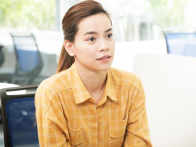 Không còn đồ hàng hiệu, Hồ Ngọc Hà ăn mặc giản dị thành gái quê đi xe máy tìm việc