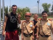 Tin tức - Hành động đẹp của các chiến sĩ CSGT khi giúp đỡ 2 du khách nước ngoài gặp nạn