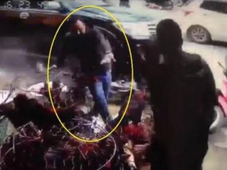Hai thanh niên phi thân qua chuồng gà, thoát nạn trong gang tấc khi chiếc ôtô điên lao tới