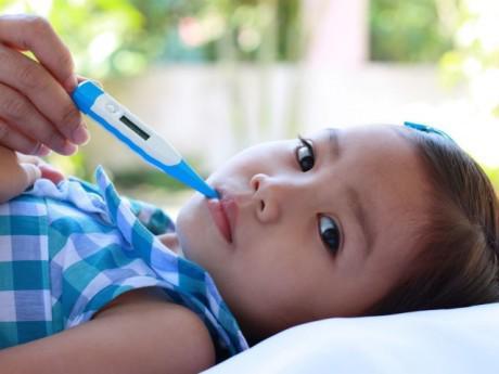 Dấu hiệu chẩn đoán sốt virus ở trẻ em, cha mẹ không được lơ là