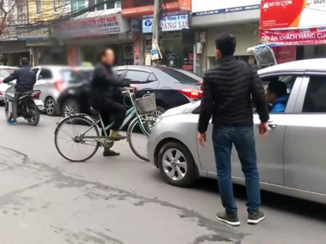 Cự cãi to tiếng, bác trung niên mang xe đạp ra chặn đầu ôtô, bịt đường xe cứu thương