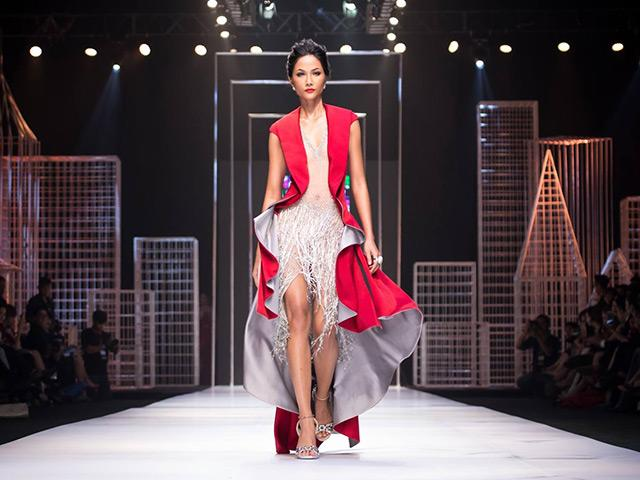 Khi còn là người mẫu, Hoa hậu H Hen Niê đã có màn catwalk đỉnh cao dù giày quá rộng