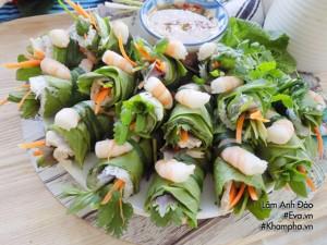 Tôm thịt cuộn cải xanh kèm bánh hỏi ăn vào ngày hè vừa ngon lại thanh mát