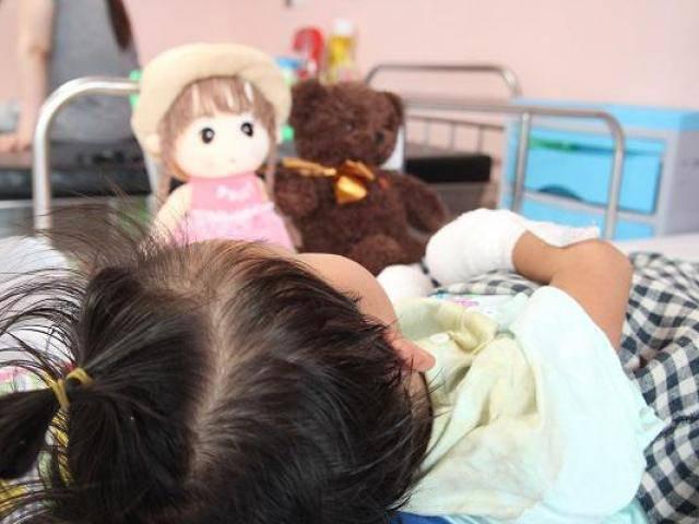 Sau 1 cơn sốt ban đêm, mẹ hoảng sợ thấy chân tay con gái 3 tuổi tím đen, hoại tử