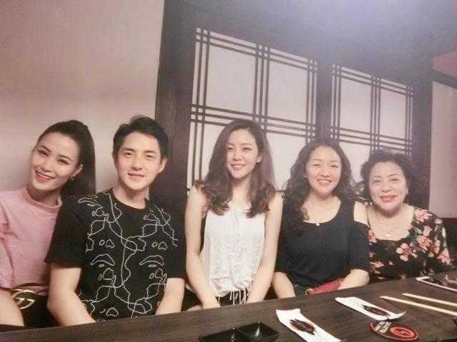 Đông Nhi thân thiết với gia đình Ông Cao Thắng trong dịp sinh nhật mẹ bạn trai