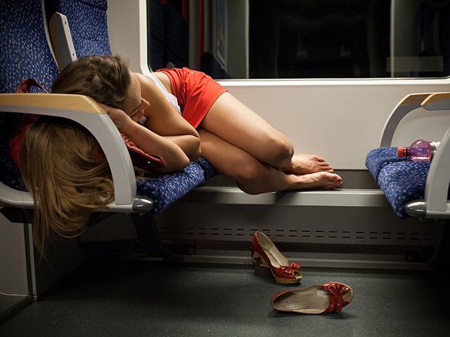 Ngủ say hớ hênh trên tàu, cô gái bị sàm sỡ còn tưởng là ngủ mơ