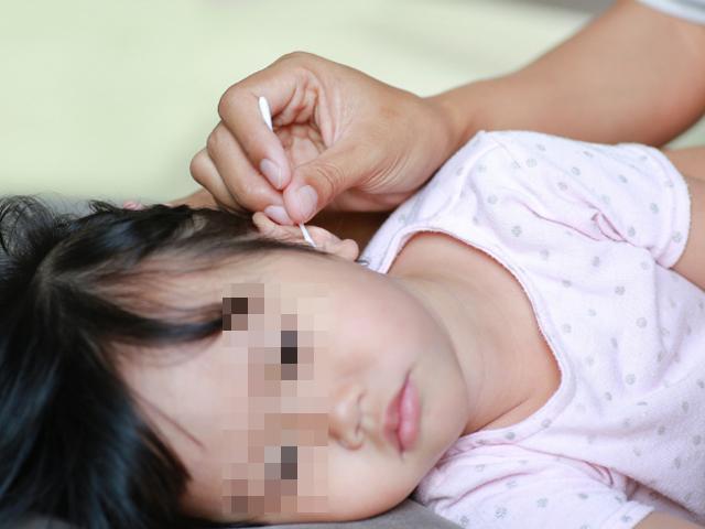 Bé gái bị nhiễm trùng tai, thủng màng nhĩ do mẹ chủ quan nghĩ con không sao