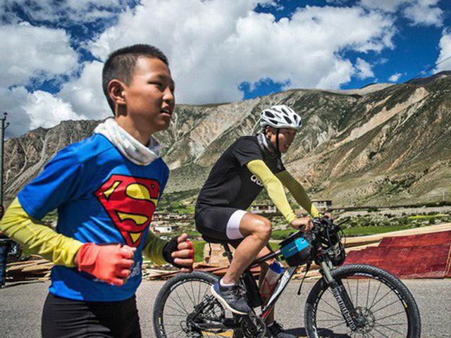 Chấp nhận khổ cực, ăn mì gói, bố cùng con trai vẫn đạp xe 2000km trong suốt 23 ngày liền